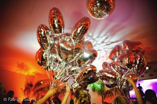 Balões prata de gás em forma de coração em casamento. Foto: Fabrícia Soares.