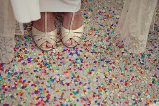 Confete na saída dos noivos no casamento. Foto: Debs Ivelja