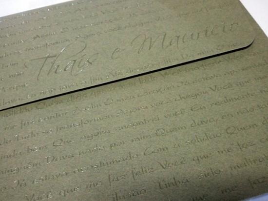 Envelope verde de convite de casamento com letra de música impressa em alto relevo
