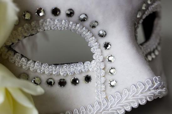 Máscara de carnaval de Veneza em casamento. Foto: Foco Estúdio.