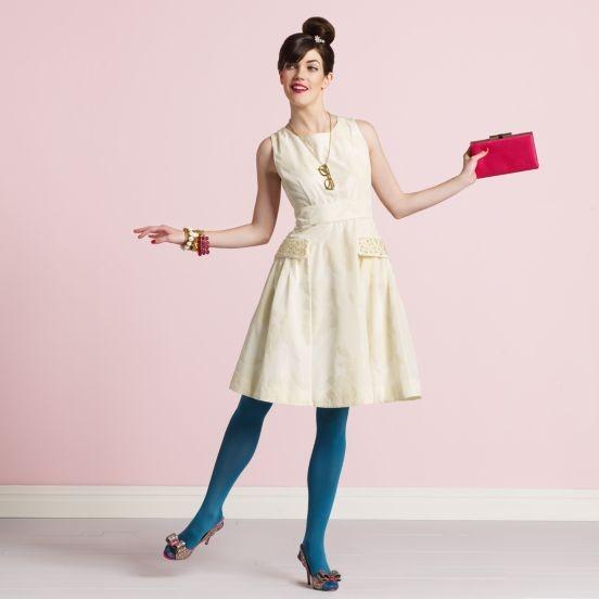 Vestido curto de noiva off white, creme com meia calça azul da Kate Spade.