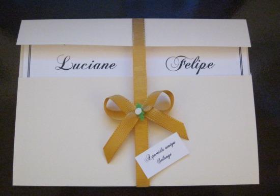 Convite de casamento feito em casa, branco, dourado e creme.