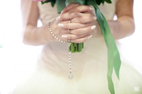 Noiva com terço no buquê do casamento. Foto: Edu Federice.