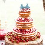 Naked cake de morango e chantilly. Foto: Cynkain Photography.