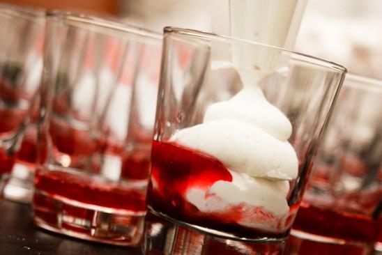 Finger foods de casamento: sobremesa de creme e morango. Foto: Alfa Foto.