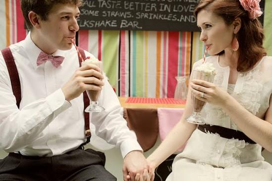 Noivos com milkshake do casamento. Foto: Kellie Kano.