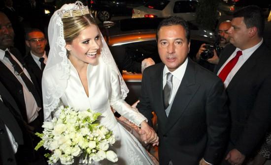 Casamento de Lala Rudge: maquiagem, cabelo e coroa da noiva na chegada com o pai à igreja.