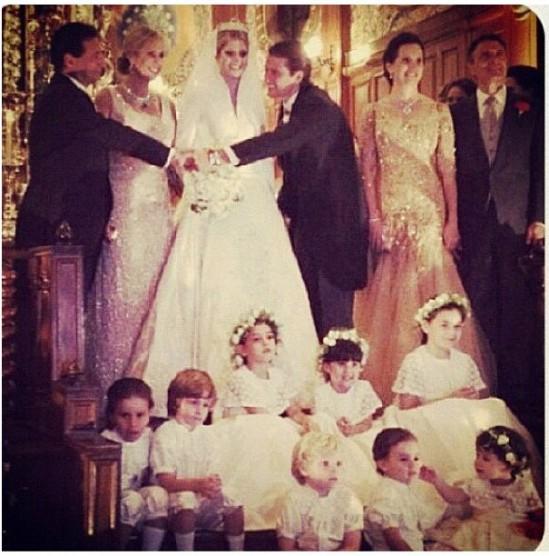 Casamento Lala Rudge: noivos, pais, daminhas e pajens no altar.