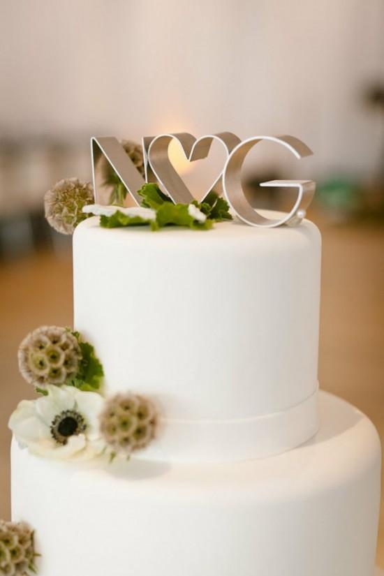 Topo de bolo de casamento com iniciais dos noivos. Foto: Erin Hearts Court.