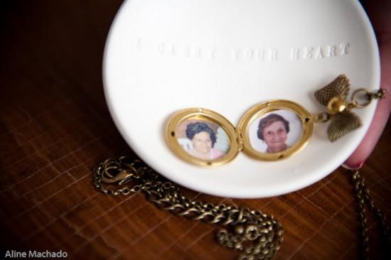 Casamento: homenagem a avós falecidos com foto em relicário da noiva. Aline Machado.