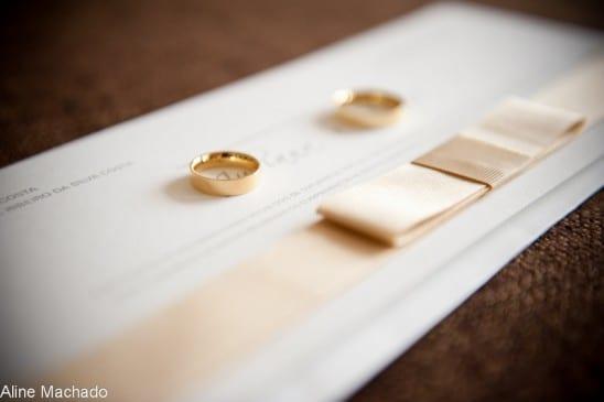 Convite de casamento com laço chanel rosé e alianças de casamento. Foto: Aline Machado.
