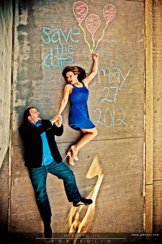 Save the date com casal no chão e desenho em giz. Foto:JP Beato.