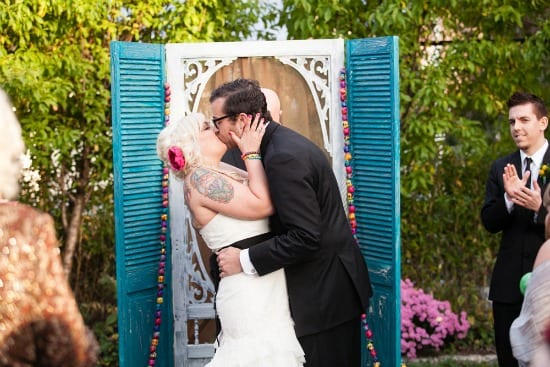 Casamento ao ar livre: altar feito de janela pintada de azul. Foto: Peach Plum Pear Photo.
