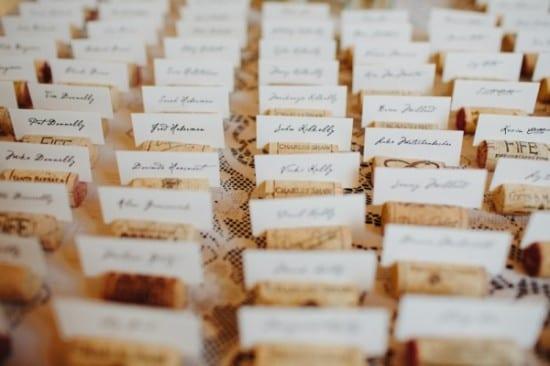 Decoração de casamento: marcadores de lugar com rolhas.