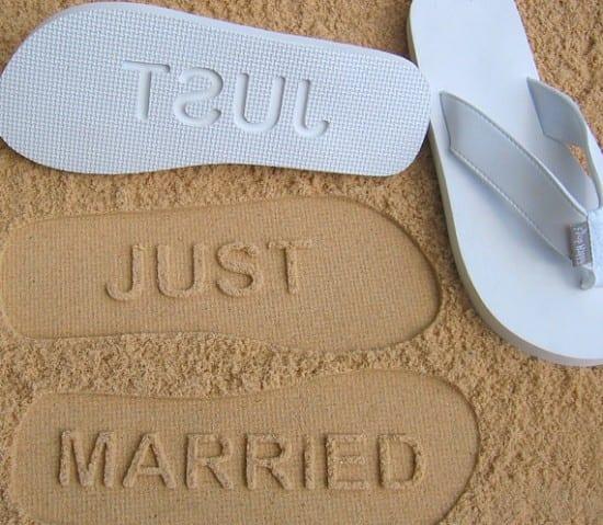 Chinelo tipo Havaianas com mensagem de casamento na sola.