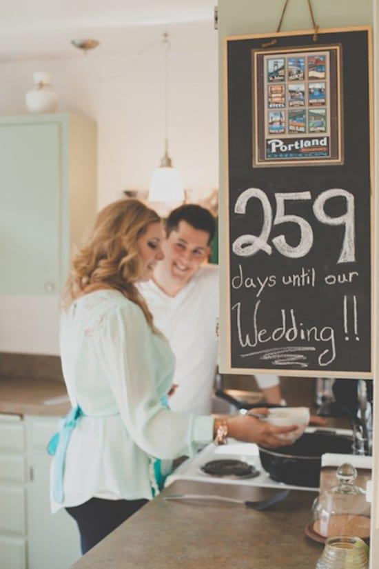 Contagem regressiva para o casamento na lousa da parede. Foto: Hazelwood.