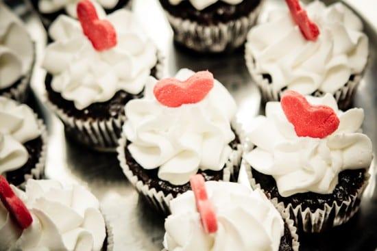 Cupcakes de chocolate com confeito de coração. Foto: Alfa Foto.