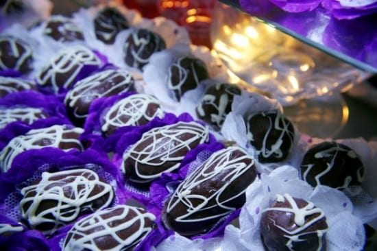 Docinhos de casamento: bombons e camafeus.