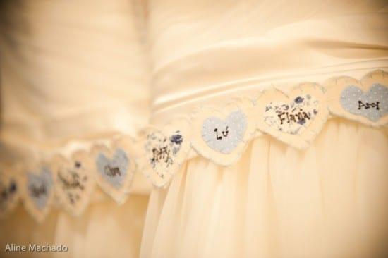 Simpatia: nome das amigas solteiras na barra do vestido de noiva em corações azuis. Foto: Aline Machado.