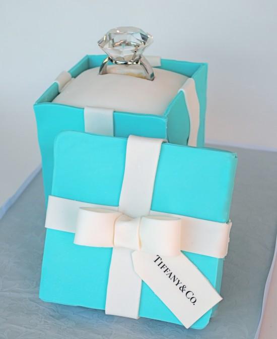 Bolo em pasta americana em formato de caixinha ayul da Tiffany'.