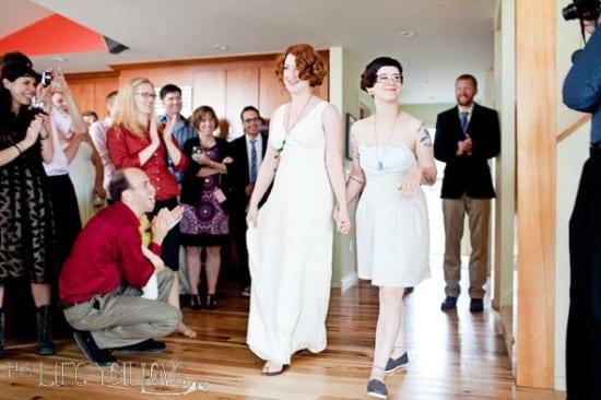 Casamento gay de lésbicas: dois vestidos de noiva. Foto: Lindsey Baker