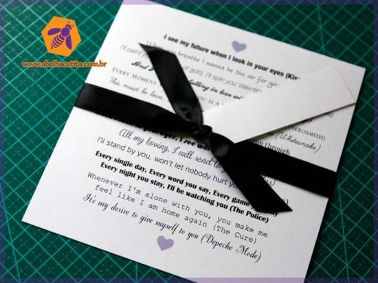 Convite de casamento moderno com tipografia e frases românticas de trechos de músicas do rock. Foto: Abelha Catita.