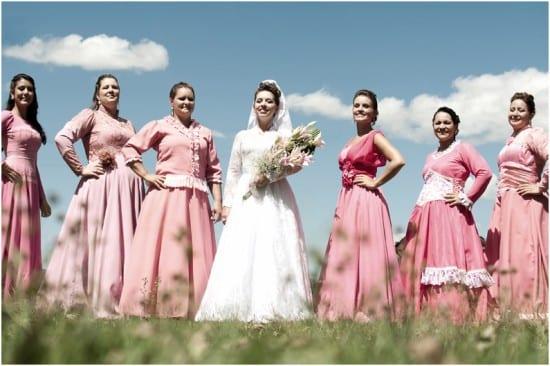 Madrinhas de casamento gaúchas em trajes típicos, vestidos de renda da cultura alemã. Foto: Beth Esquinatti.