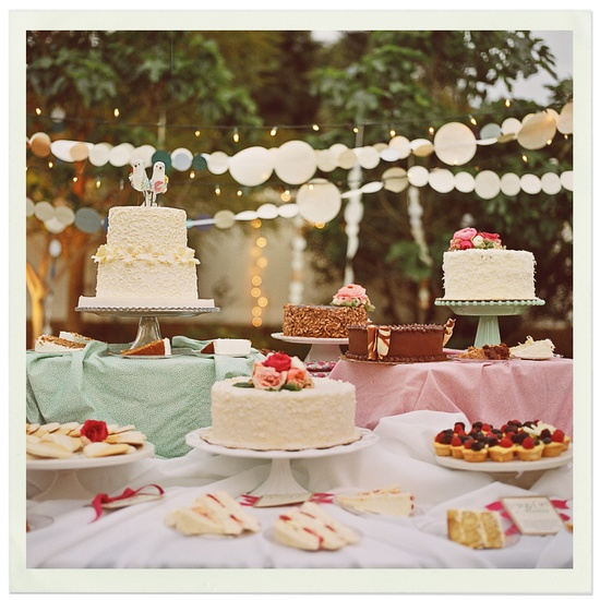 Mesa de doces para casamento alternativo: múltiplos bolos. Foto: One Love.