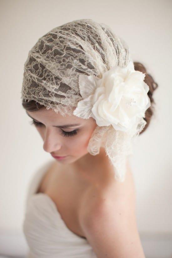 Penteado de noiva: véu curto estilo bandana com coque.