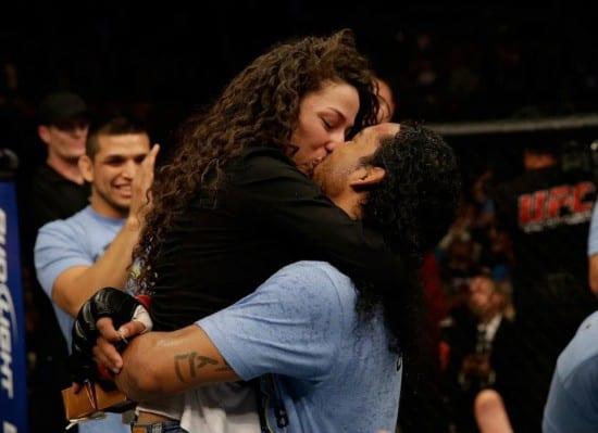 Ben Henderson beija noiva Maria Magana depois de pedido de casamento no UFC.