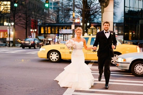 Casamento em New York, com noivos na rua e táxi amarelo. Foto: Cyn Kain Photography.