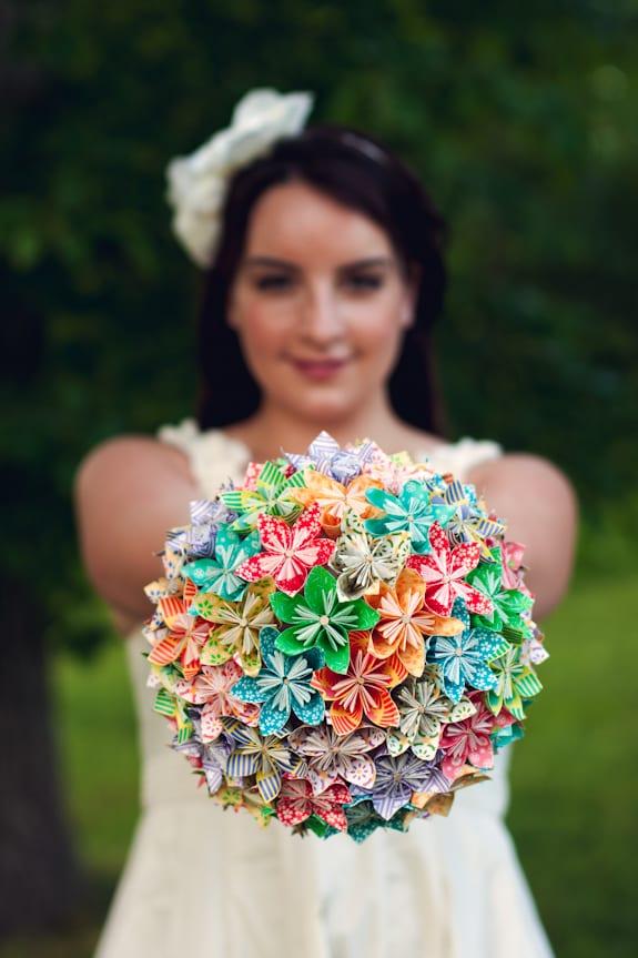 Bouquet de noiva de flores de origami para casamento. Foto: Elusive Photo Design.