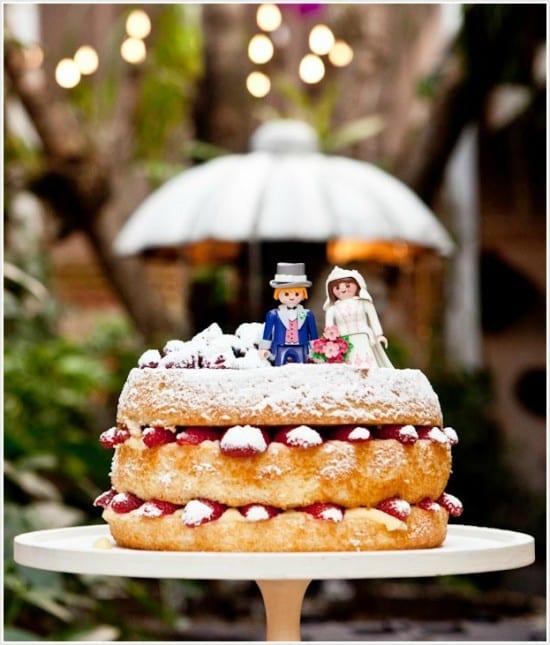 Noivinhos de topo de bolo de casamento de Playmobil. Foto: Edu Feijó.