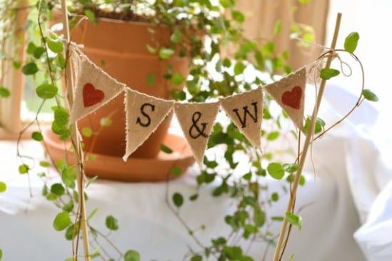 Topo de bolo de casamento de bandeirinhas. Foto: At Company B.