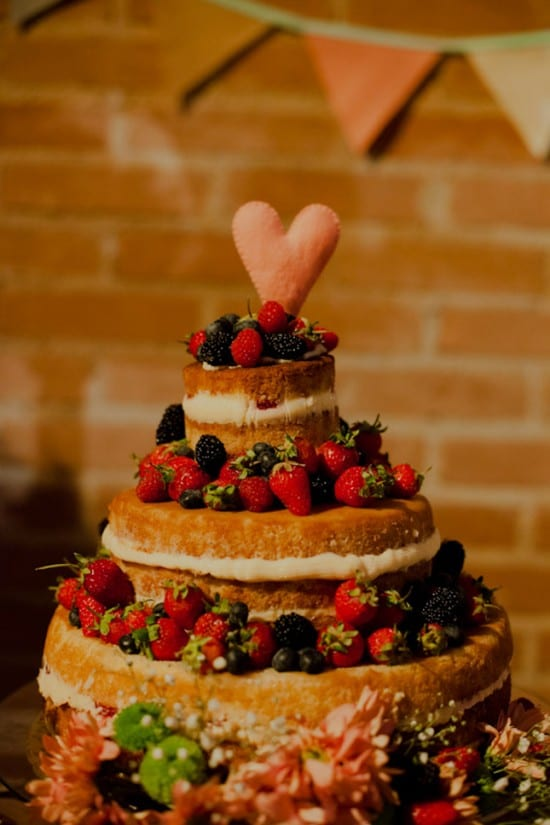 Topo de bolo de casamento de coração de feltro. Foto: Flávia Valsani,