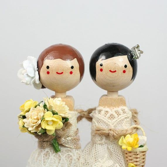 Topo de bolo de casamento gay, com noivas lésbicas. Esty.