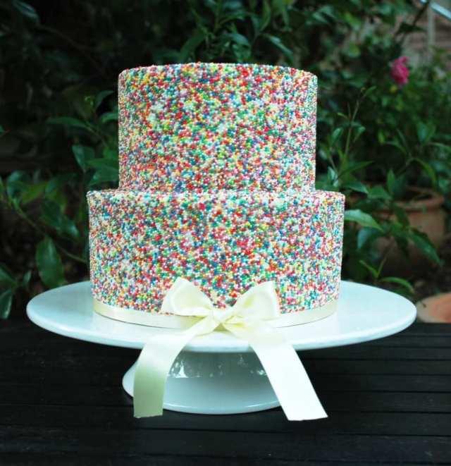 Bolo de casamento com granulado colorido (sprinkle cake). Foto: Kiss My Cakes.