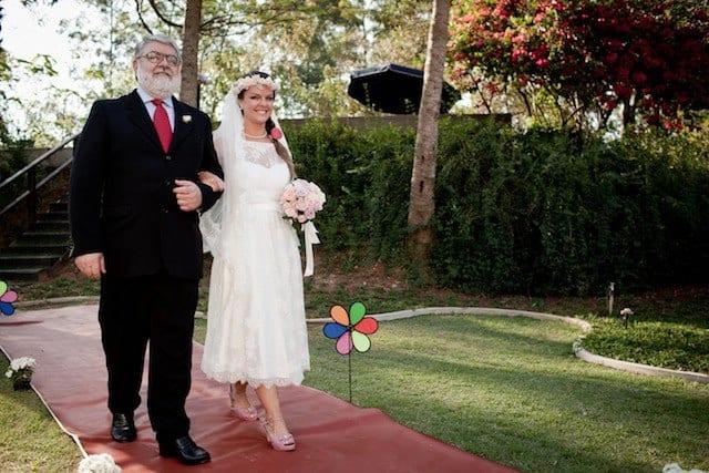 Casamento no campo: noiva com coroa de flores e vestido longuete vintage.