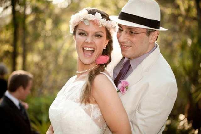 Casamento no campo: Valéria e Alexandre (noiva com coroa de flores, noivo com chapéu e terno claro)