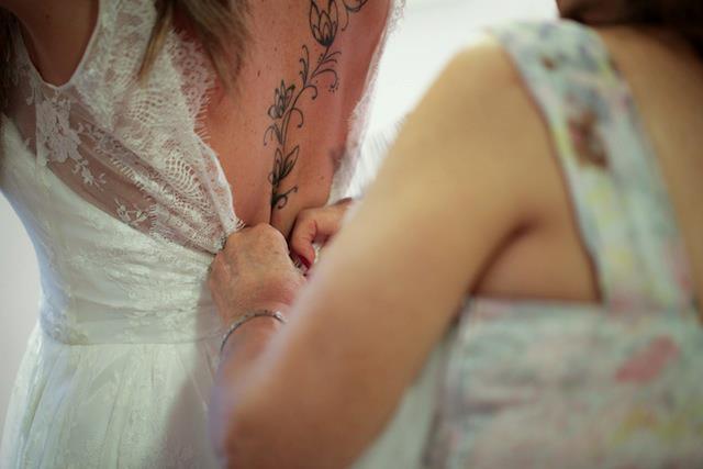 Casamento: noiva tatuada coloca vestido de noiva com decote nas costas para destacar tatuagem.