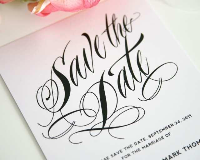 Save the date com caligrafia. Foto: Shine Wedding Invitations.