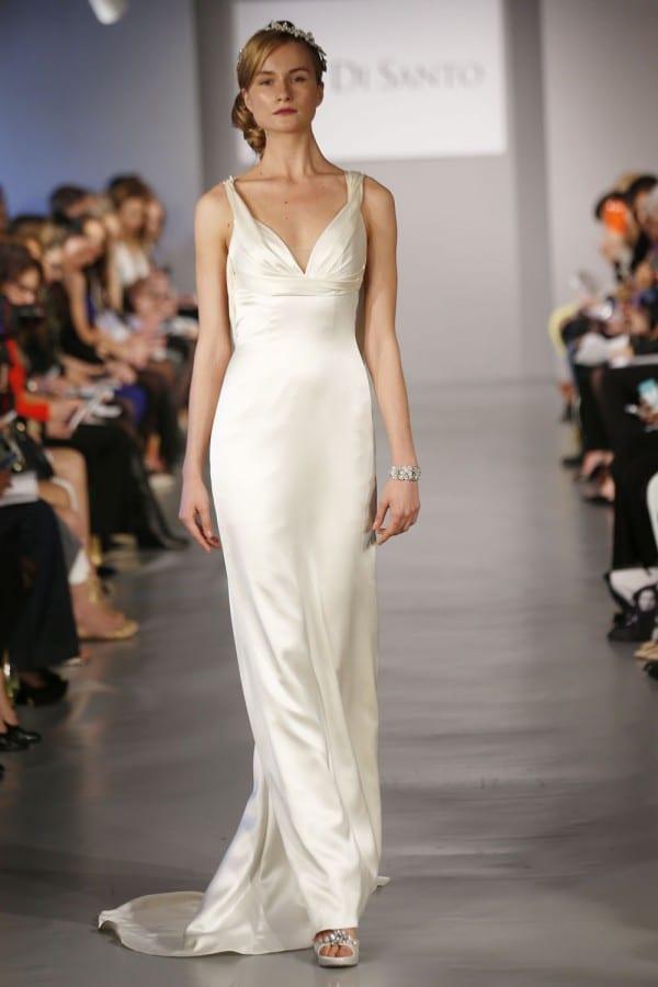 Vestido de noiva de cetim com decote V e alças, de Ines Di Santo.