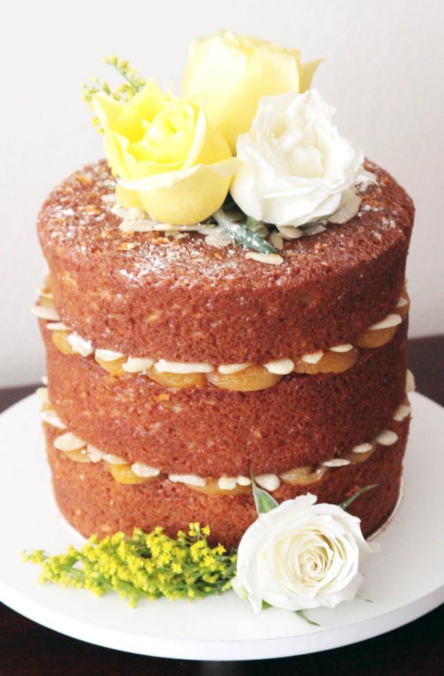 """Bolo de casamento estilo """"naked cake"""" decorado com damasco, amêndoas e rosas brancas e amarelas. Foto e fornecedor: Nena Chocolates."""