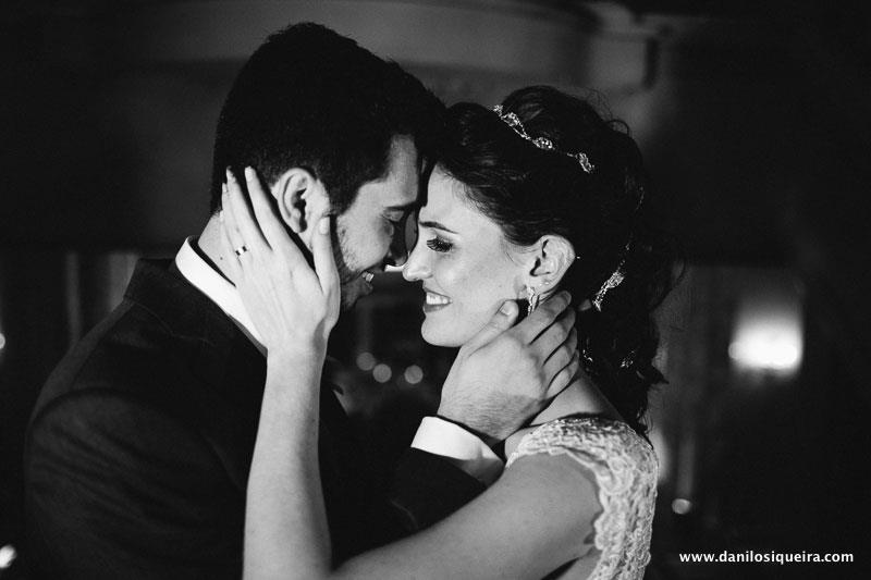 Casamento Juliana e Leandro: noivos felizes, sorrindo. Foto: Danilo Siqueira.