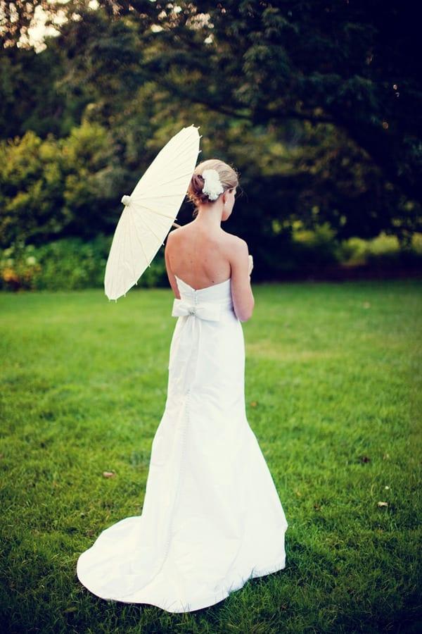 Noiva com sombrinha japonesa oriental branca em casamento no campo. Foto: Olivia Leigh Photographie.