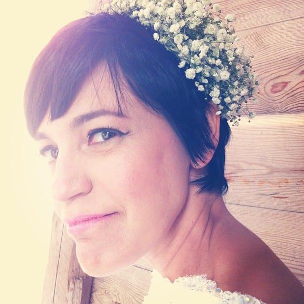 Penteado de noiva: arranjo de cabelo estilo casquete natural de flores (mosquitinhos).