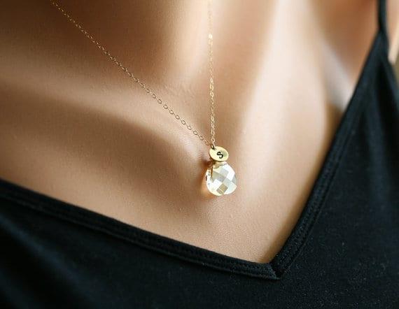 Presente para madrinha de casamento: colar com pingente Swarovski e letra inicial do nome. Sa Etsy.