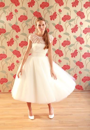 Vestido de noiva com saia de tule abaixo do joelho e decote de renda do ateliê Soeurs Waziers.
