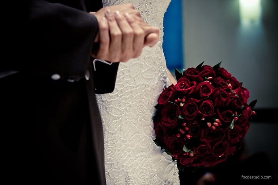 Buquê de casamento de rosas vermelhas escuras. Foto: Foco Estúdio.