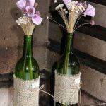 Decoração de casamento DIY: arranjos de flores em garrafas de vinho. Foto: Fabiano Jardini.